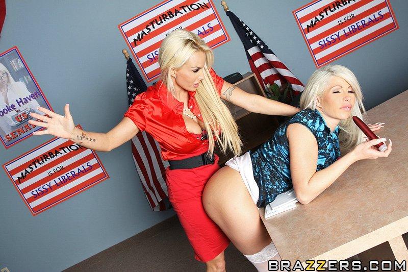 Две сиськастые блондинки Brooke Haven и Holly занялись лесбийским перепихоном