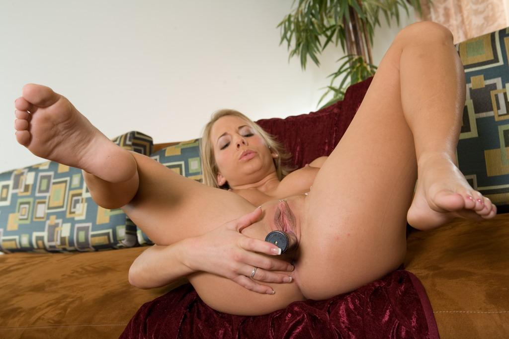 Блондинка-подросток Ashley Jensen достигает оргазма с помощью секс-игрушки