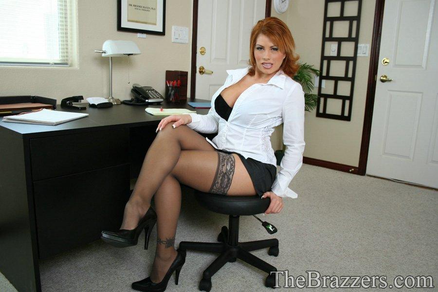 Brooke Haven засветила стриптиз в кабинете и поласкала себя