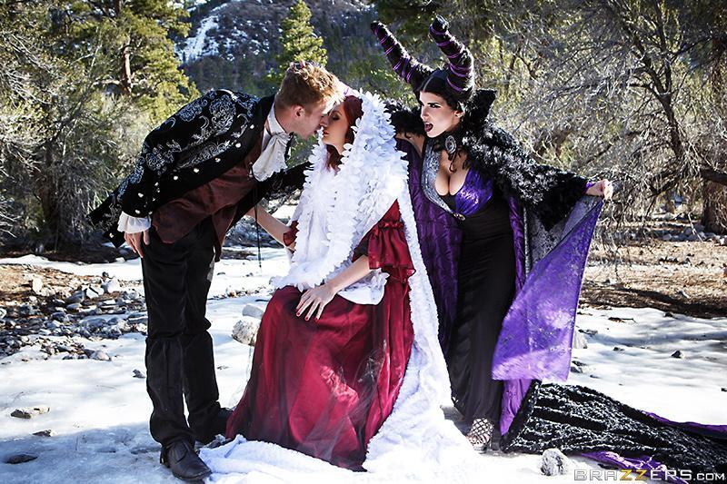 Шалавы с громадными буферами в костюмах Romi Rain и Violet Monroe забавляются со стоячим болтом