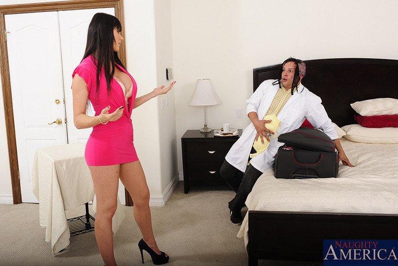 Пацан жарит пилотку пышногрудой Eva Karera сзади и покрывает ее роскошное туловище спермой