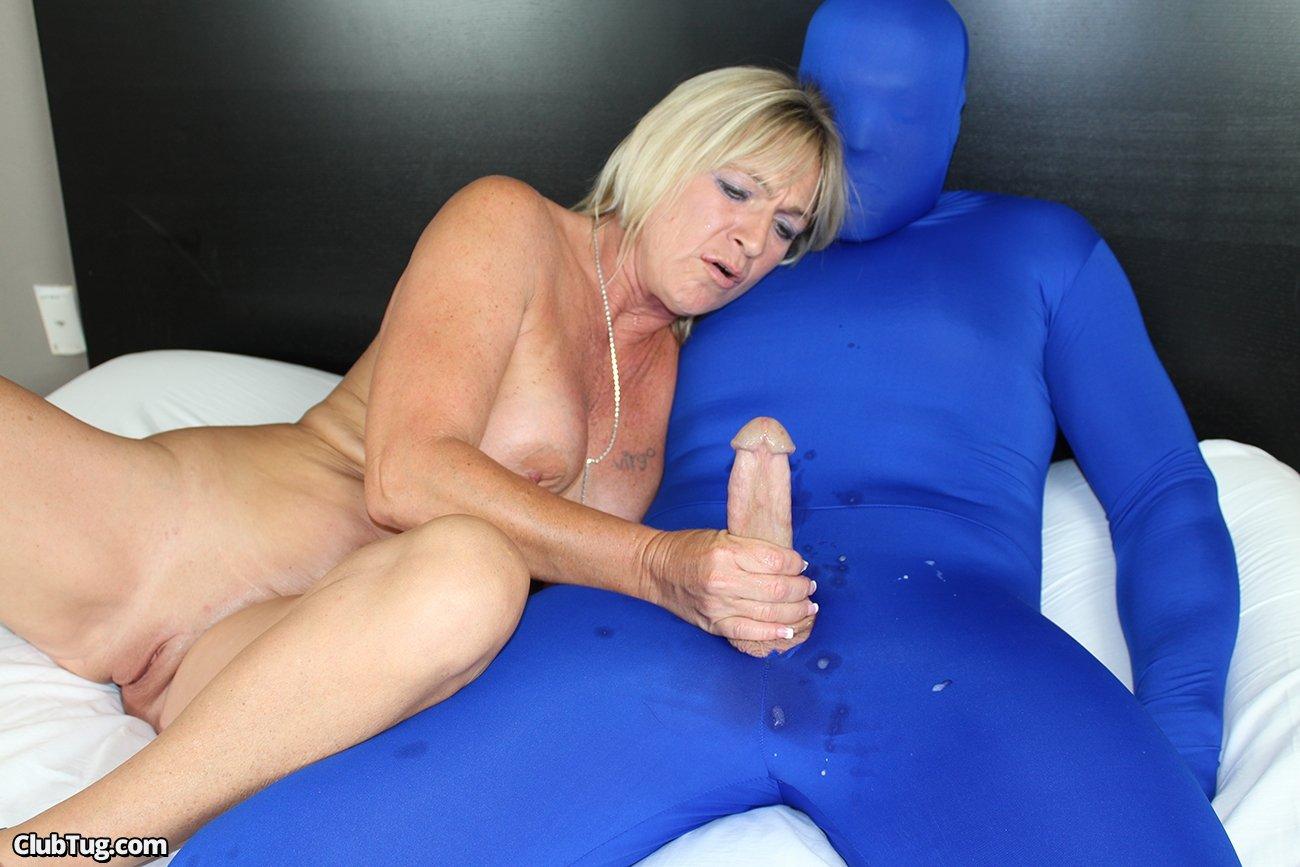 Голая баба мастурбирует хер скрытному юнцу