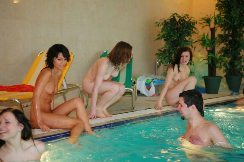Начальник купается в бассейне с оголенными работницами