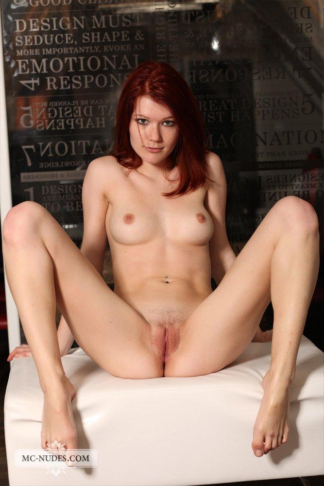 Очаровательная рыженькая девка Mia Sollis показывает свое невероятное тело в эротической фотосессии