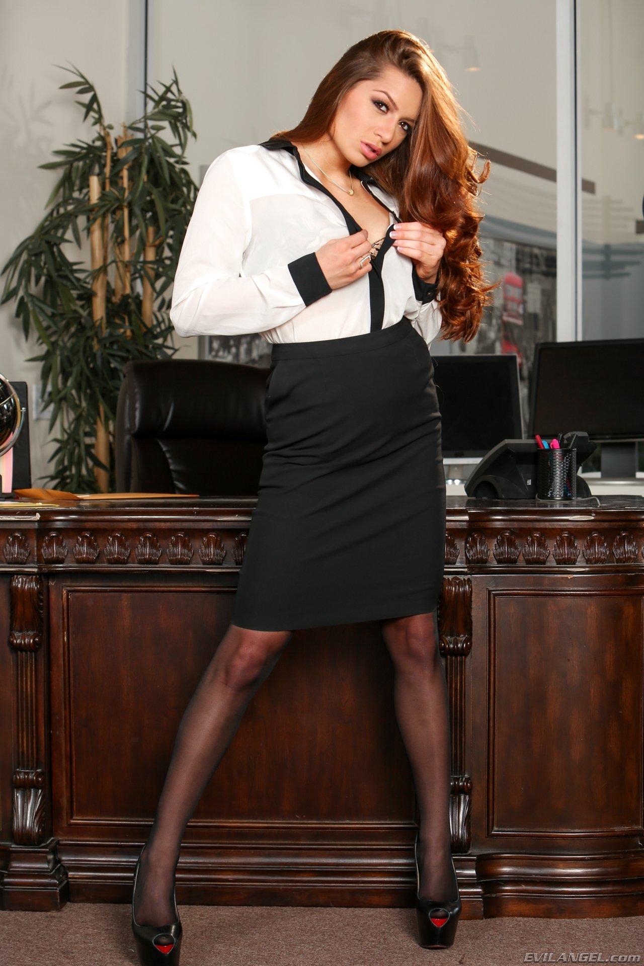 Юная директрисса сняла трусы в своем кабинете