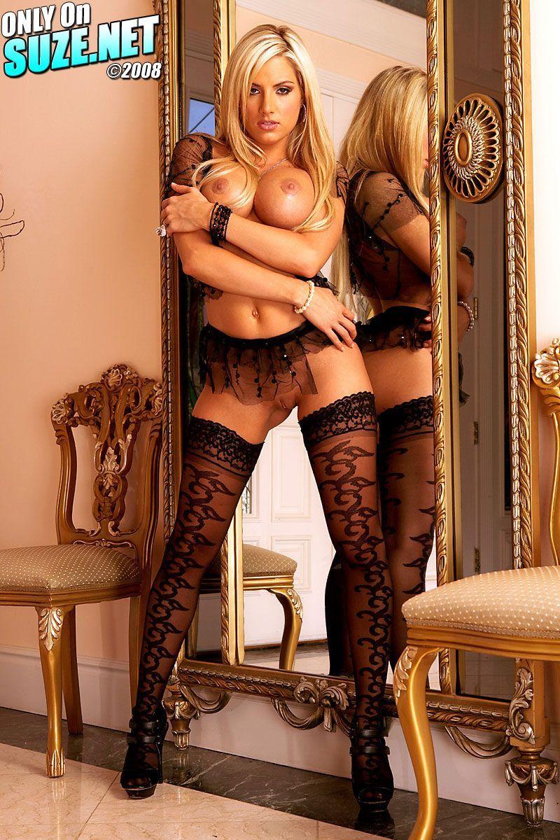 Великолепная блондинка Teagan Presley в носках принимает интимные позы вблизи от зеркала