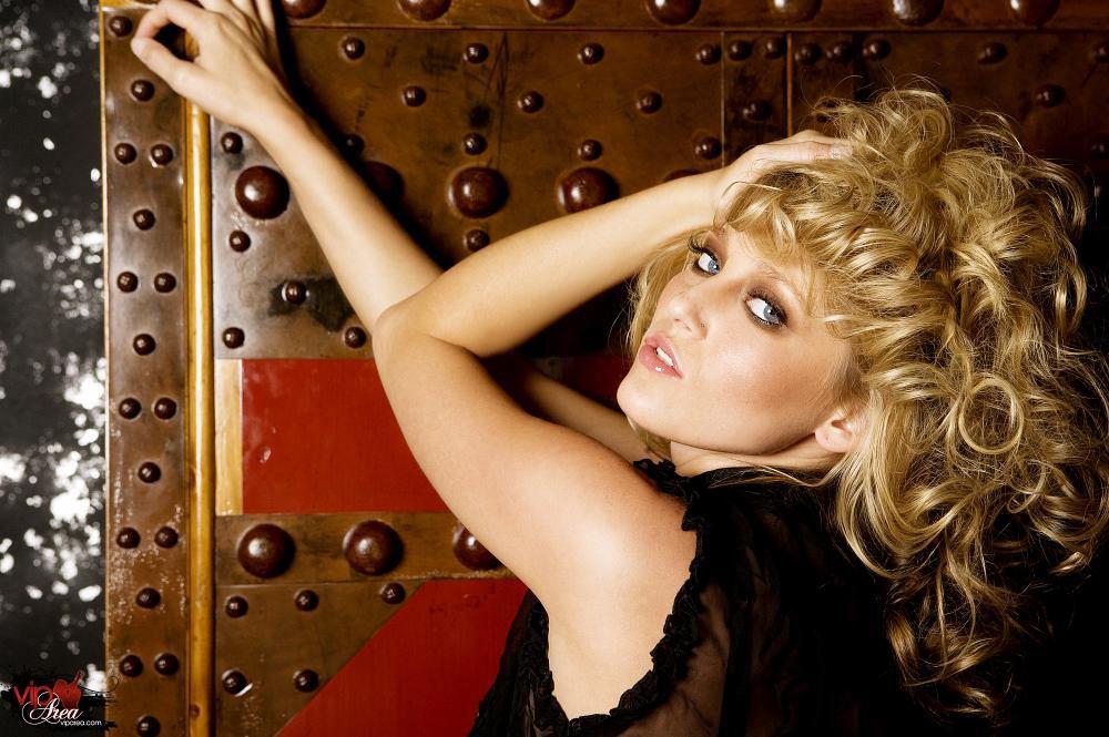 Очень соблазнительная блондиночка Carli Banks снимает свое красное интимное белье и остается в одних туфлях на высоких каблуках