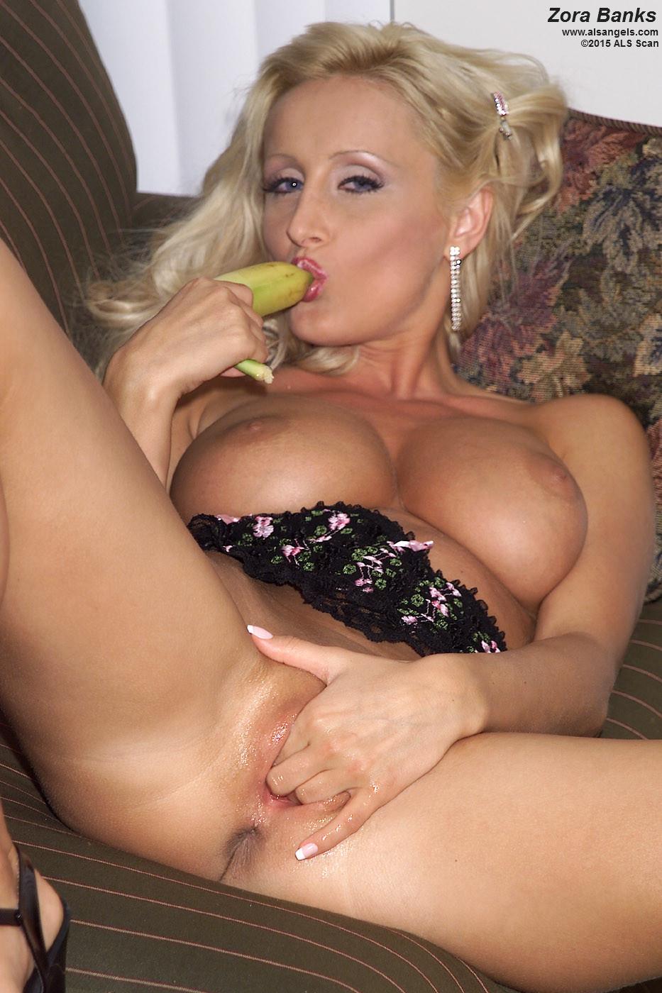 Зора Бэнкс – похотливая девушка, которая так желает траха, что удовлетворяется с помощью банана